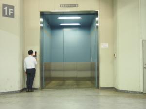 大型貨物用エレベーター
